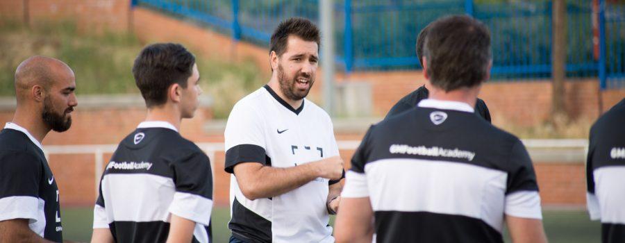 Jose Luis Mora, director deportivo del Fuenlabrada, dando clases sobre el césped