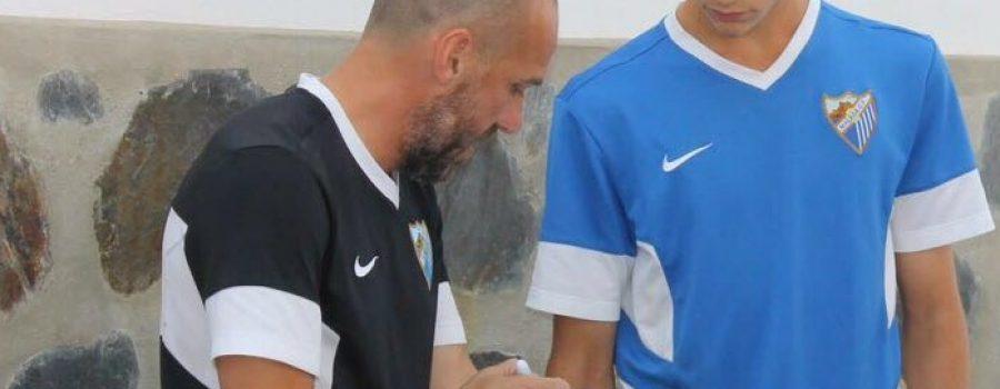 David Cabello conversando con un jugador del Málaga